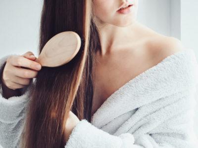 Natürliche Haarpflege durch Haare bürsten mit der Wildschweinborstenbürste